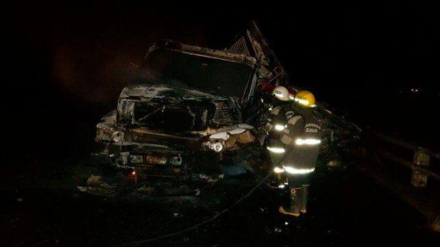 Un camión cargado quedó colgado de un puente y fue consumido por las llamas