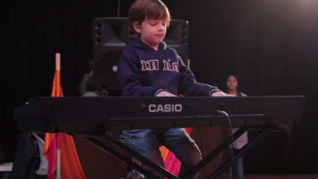 Pequeño pianista argentino emociona en las redes