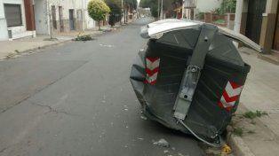 Conductor embistió un auto estacionado y un contenedor