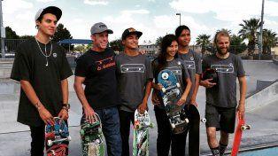 Bill Robertson Dr Skateboard, el segundo de la derecha, con sus estudiantes.