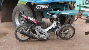 Un motociclista de 19 años murió tras chocar con un camión