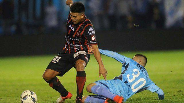 El chileno Gonzalo Espinoza se mostró activo en el primer tiempo.