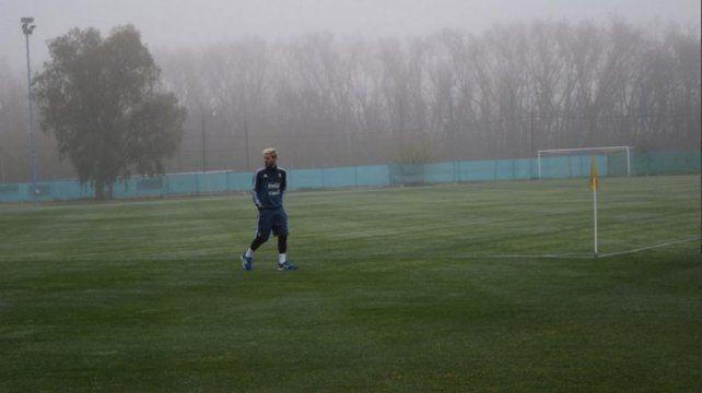 Messi en Ezeiza con la ropa de la selección argentina de fútbol. Foto @Argentina.