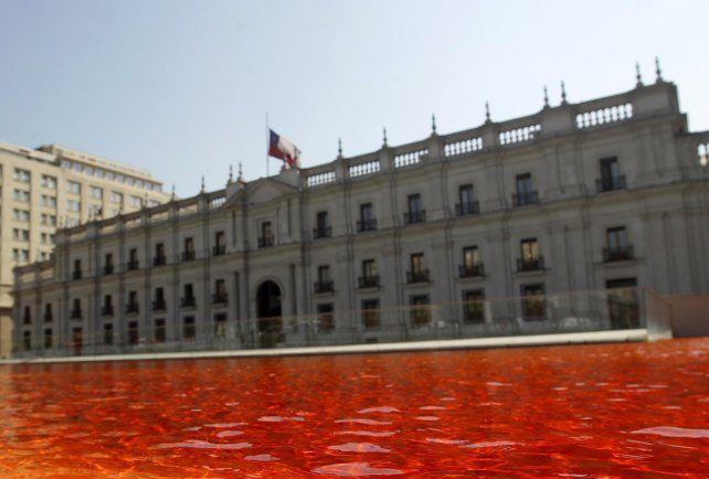 El motivo por el que tiñeron de rojo las piletas de La Moneda