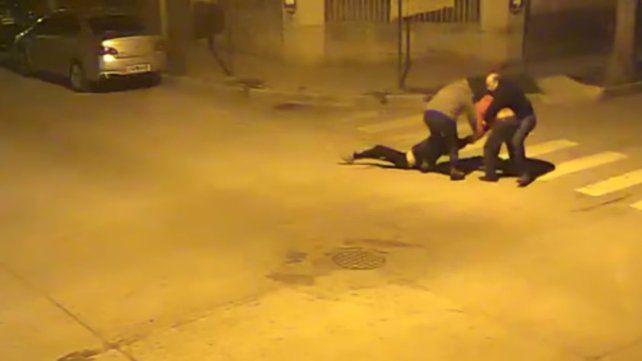 Video: Brutal agresión de un hombre a su cuñada en plena calle