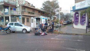 Una motociclista fue hospitalizada tras chocar con un auto