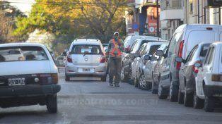 En la calle. Sostienen que no será fácil cobrar 32 pesos por un auto estacionado toda la mañana.