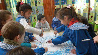 Compartir con sus pares. Es uno de los beneficios de escolarizar temprano a los niños.