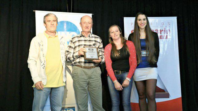 Los dirigentes del Club El Espinillo recibieron el premio por tener su propia sede luego de mucho esfuerzo.