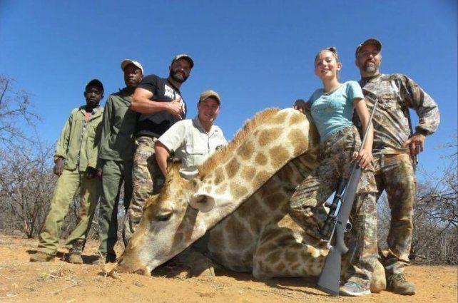 Indignación por una nena de 12 años que mató una jirafa y compartió la foto