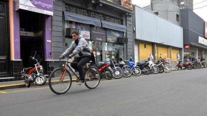 El ciclista tiene que ir por el medio de la calle con el nuevo estacionamiento.