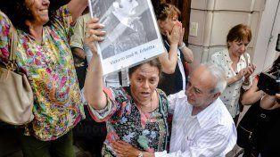 Emoción. Familiares de Coco Erbetta en la puerta del Juzgado.
