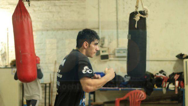 ENTRENA. Daniel Aquino se mueve en MOP a la espera de un llamado de su promotor para pelear.