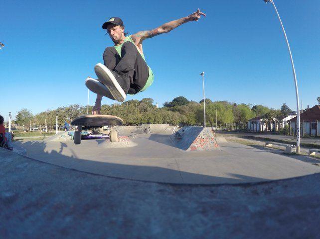 Chano Bertone se divierte en el skatepark con sus amigos que lo acompañan
