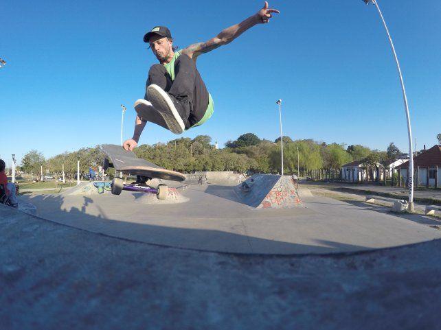 Chano Bertone en el skatepark de Paraná.