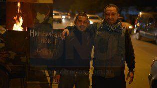 De pie. López y Haro en el puesto de Zanni, ayudan a sus familias con el emprendimiento.
