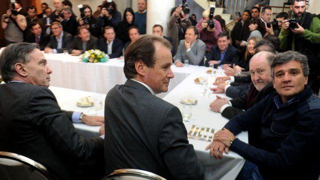 Encuentro. Los gobernadores y legisladores coincidieron con intendentes del Grupo Esmeralda.
