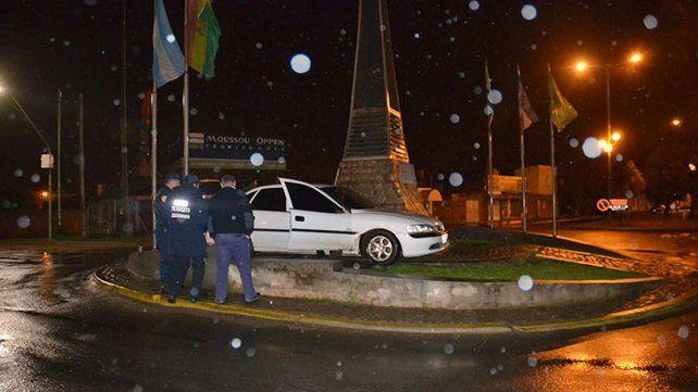 Conductor alcoholizado perdió el control y chocó un monumento