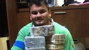 El Chino Maidana se sacó una foto abrazado a una montaña de billetes