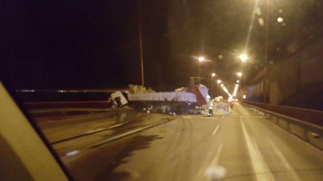 Un camión chocó y quedó colgado sobre el puente Zárate-Brazo Largo