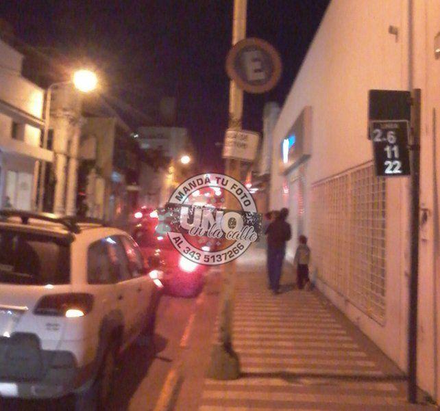 El auto estacionó justo en la parada de colectivos de calle Belgrano