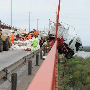 retiraron el camion que quedo colgado en el puente de zarate brazo largo