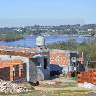 En el lugar. Las casas están ubicadas sobre la barranca, con vista al río y a toda la ciudad.