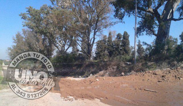 Camión municipal arroja basura y barro en calle Mihura