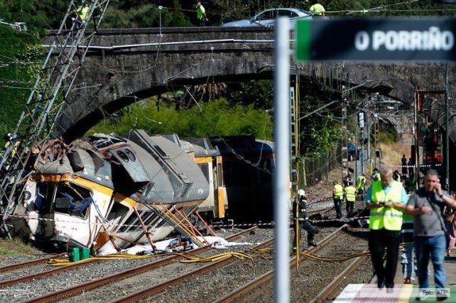 Cuatro muertos y decenas de heridos al descarrilar un tren en España