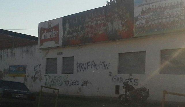 Aparecieron pintadas contra la comisión directiva de Patronato en un muro del club