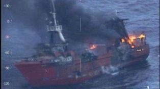 Rescataron a los tripulantes de un pesquero que se incendió cerca de Bahía Blanca