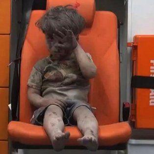 Con el pequeño Omran, cubierto de polvo y sangre, sobreviviente de un bombardeo en Alepo, Siria, se digirieron de un sólo trago amargo los bombardeos continuos en ese país.