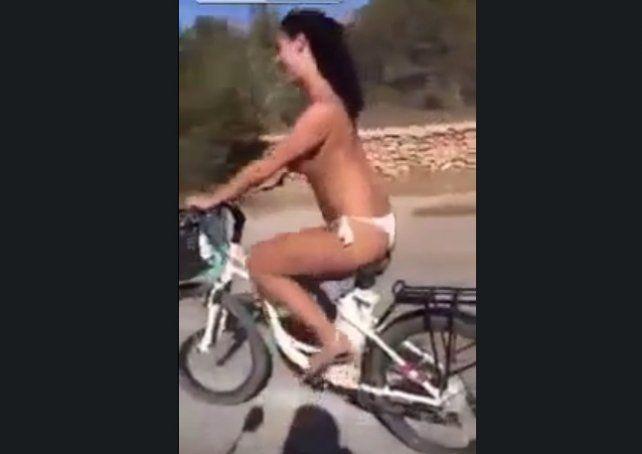 Iba desnuda en bici y tuvo una dura experiencia