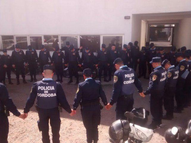 Viral: La foto de policías rezando antes de salir a patrullar