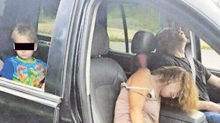 Detienen a pareja drogada que llevaba en el auto a su hijo