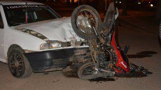 Motociclista grave tras chocar de frente con un auto