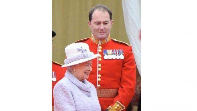 Escándalo real: un guardia de la corona filmado aspirando polvo en el palacio