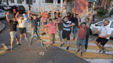 Los jugadores del Albiceleste siguen celebrando el ascenso a Primera. Ayer lo hicieron en la calle.