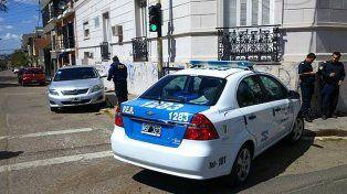 Un patrullero chocó con otro auto en la esquina de una escuela