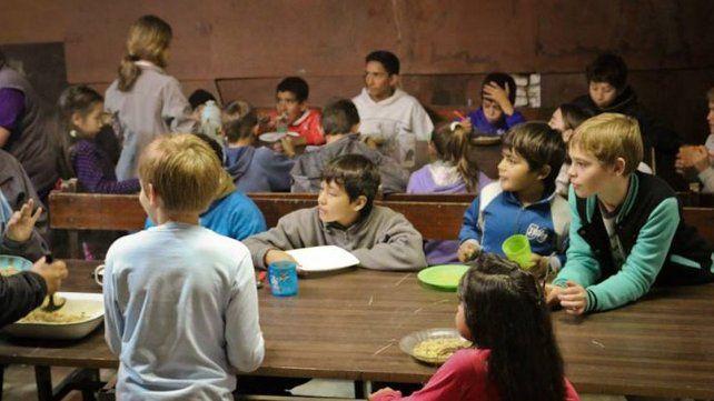 Amor al prójimo. Chicos de Concepción del Uruguay tienen asegurada su merienda.