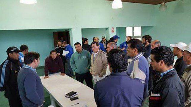 Asamblea. Los obreros despedidos recibieron asesoramiento y esperan ayuda económica oficial.
