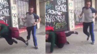 Así empujaban por la espalda a un hombre en situación de calle