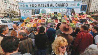 Productores regalan 20.000 kilos de verduras en Plaza de Mayo