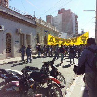 Los delegados fieles a la actual conducción llegando a la sede del sindicato. Foto y video Sebastián Gálligo.