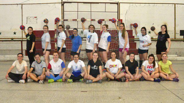 En la cancha. Las más grandes y el semillero. El handball crece día a día en la institución de calle España de Paraná.