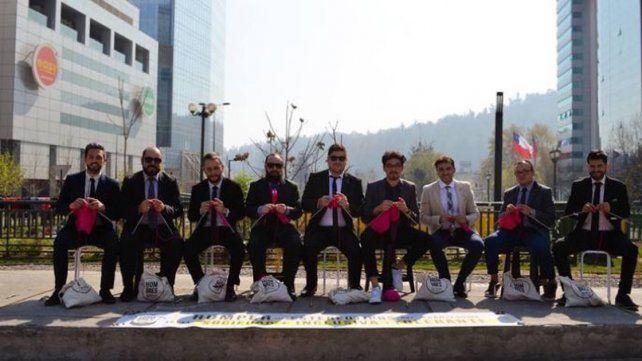 Hombres se sentaron a tejer en la mitad de la calle para dar una lección