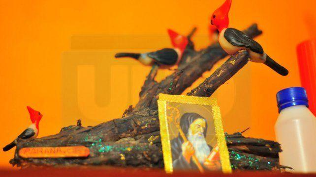 Devotos. La imagen de San Benito está en toda la casa.