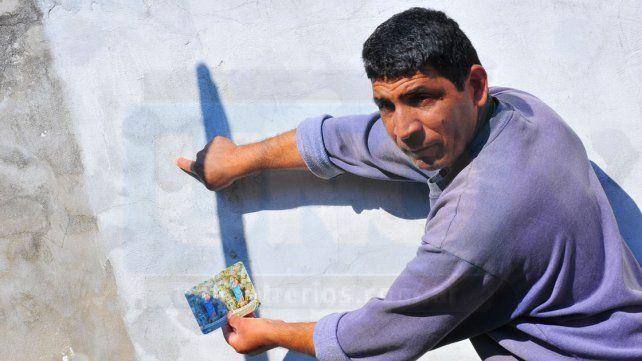 Oscura. Gabriel Alberto mostró una de las manchas en la pared.