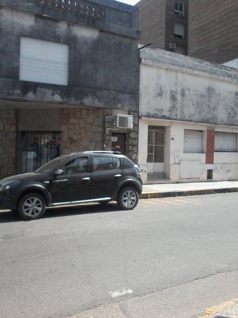 Hoy al mediodía había una camioneta estacionada sobre las líneas amarillas. Foto UNO Juan Manuel Kunzi.
