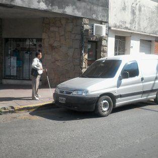 Ramón Vallejo esperando el colectivo en la esquina de Pellegrini y Montevideo. Foto UNO Juan Manuel Kunzi.